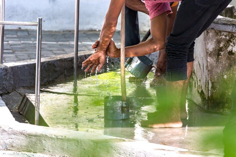 Mężczyźni myje ich cieki robi ablucji na fount w meczecie w samiec, Maldives obraz royalty free