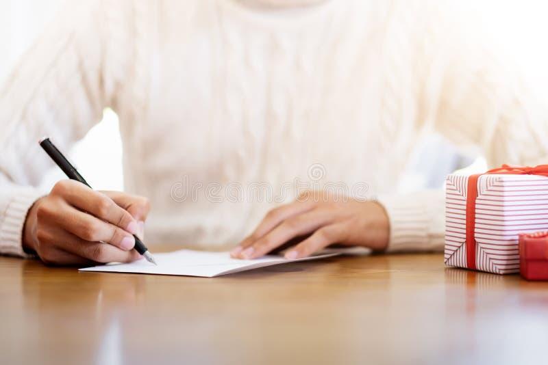 Mężczyźni pisze kartkach z pozdrowieniami podczas bożych narodzeń i nowego roku obrazy stock