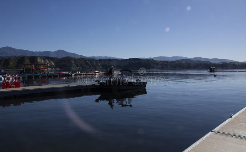 Mężczyźni podskakuje w motorową łódź przy Cachuma jeziorem, Santa Barbara okręg administracyjny zdjęcie royalty free