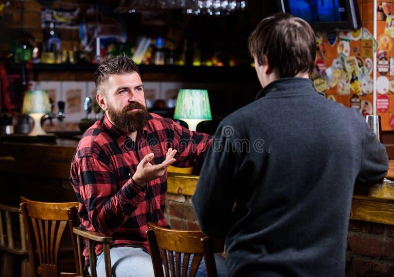 Mężczyźni relaksuje przy barem Przyjaźń i czas wolny Piątku relaks w barze Przyjaciele relaksuje w barze lub pubie _ zdjęcie royalty free