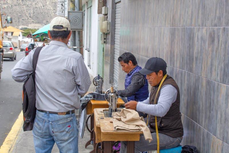 Mężczyźni szą na szwalnych maszynach na ulicie ecuador Quito 01/13/2019 obrazy royalty free