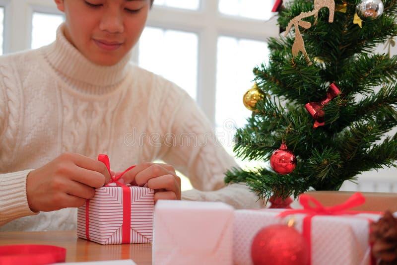 Mężczyzn bożych narodzeń prezenta teraźniejszości opakunkowy pudełko xmas nowego roku wakacje c obrazy royalty free