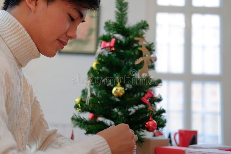 Mężczyzn bożych narodzeń prezenta teraźniejszości opakunkowy pudełko xmas nowego roku wakacje c fotografia stock