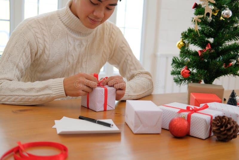 Mężczyzn bożych narodzeń prezenta teraźniejszości opakunkowy pudełko xmas nowego roku wakacje c obraz stock