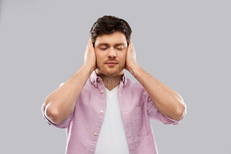Mężczyzn końcowi ucho rękami zdjęcie stock