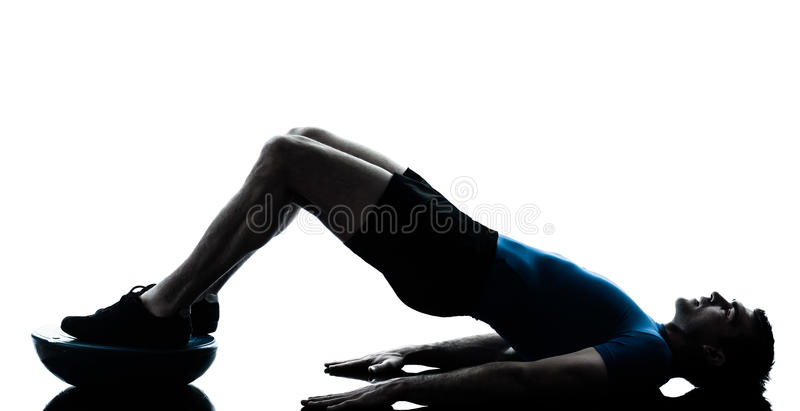 Mężczyzna ćwiczy bosu treningu sprawności fizycznej posturę zdjęcia stock