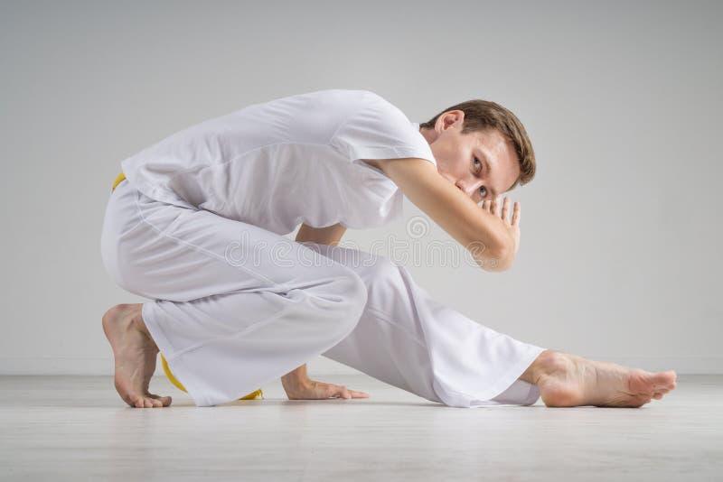 Mężczyzna ćwiczy capoeira, brazylijska sztuka samoobrony zdjęcie stock