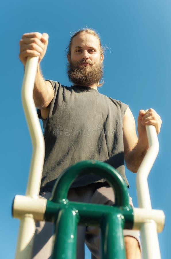 Mężczyzna ćwiczy na elliptical trener maszynie fotografia stock