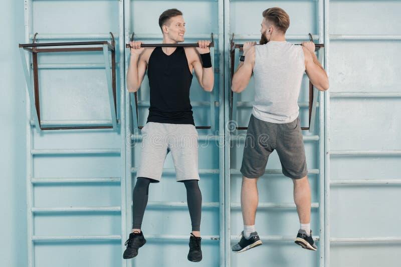 Mężczyzna ćwiczy na sporta wyposażeniu w gym obrazy stock