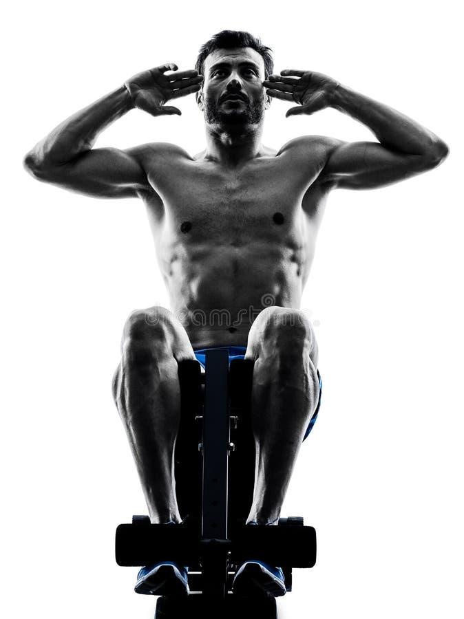 Mężczyzna ćwiczy sprawności fizycznych chrupnięć ławki prasę ćwiczy sylwetkę fotografia stock