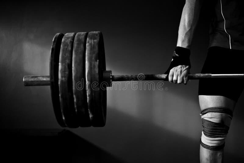 Mężczyzna ćwiczy weightlifting obrazy stock