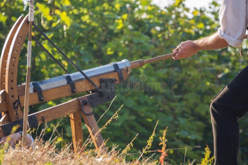 Mężczyzna ładuje pistolet fotografia royalty free