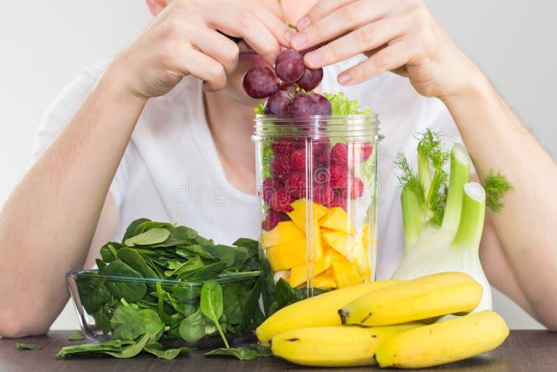 Mężczyzna łasowania owoc i warzywo łasowania zdrowy pojęcie obrazy stock