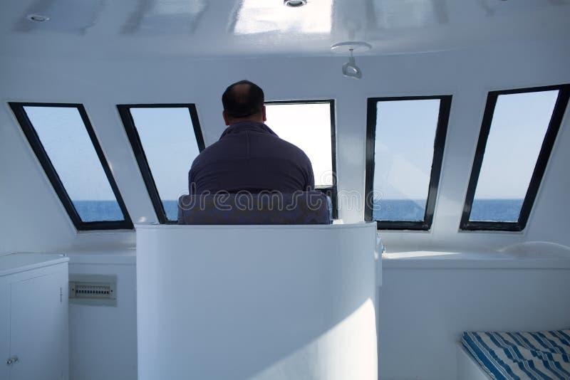 Mężczyzna żegluje łódź obrazy stock
