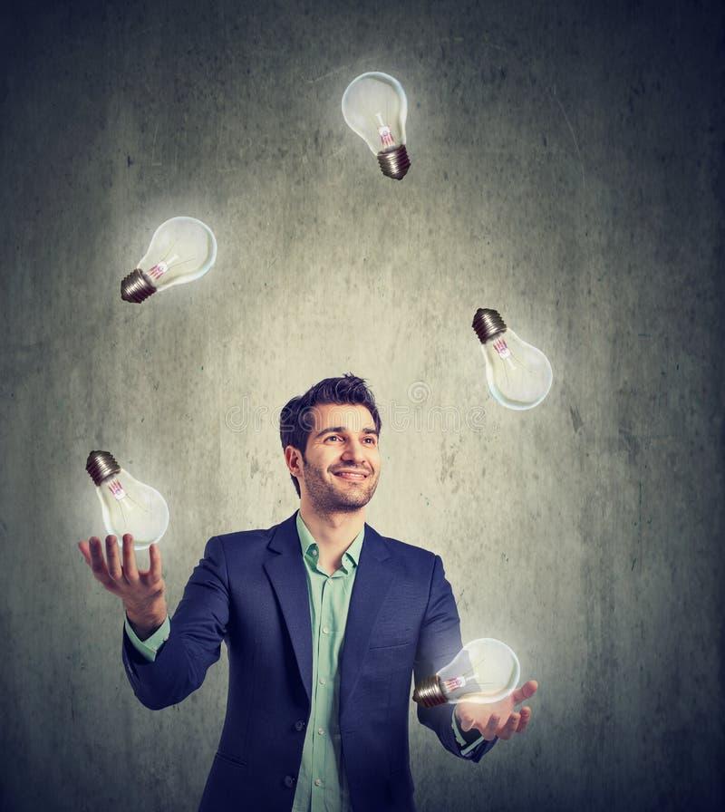 Mężczyzna żongluje z żarówkami zdjęcia royalty free