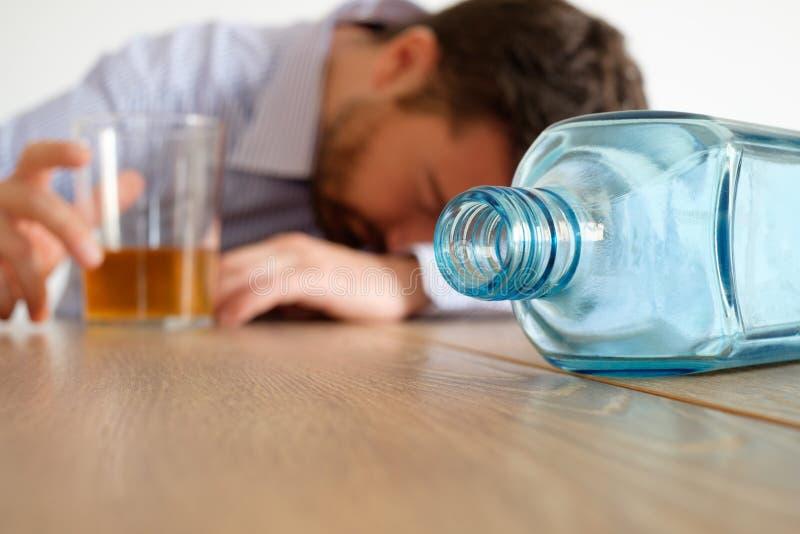 Mężczyzna alkohol uzależniający się obrazy stock