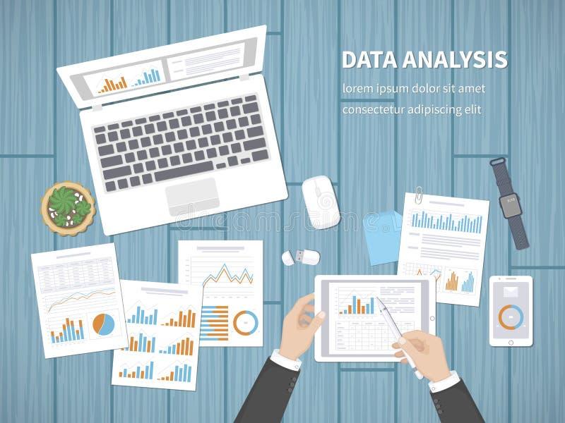 Mężczyzna analizuje dokumenty Księgowość, analityka, analiza, raport, badanie, planistyczny pojęcie Ręki na desktop chwyta pastyl royalty ilustracja