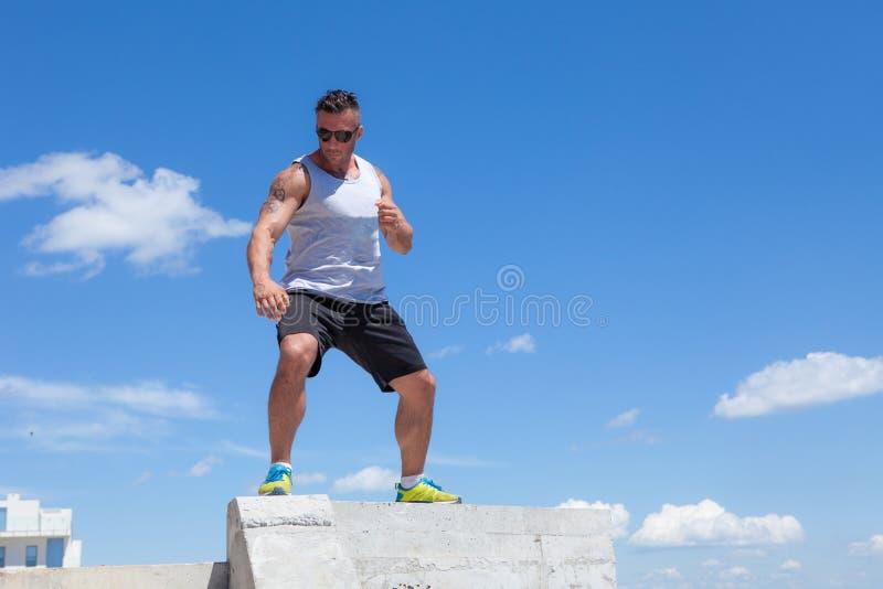 Mężczyzna angażujący w karate przeciw niebu obrazy royalty free