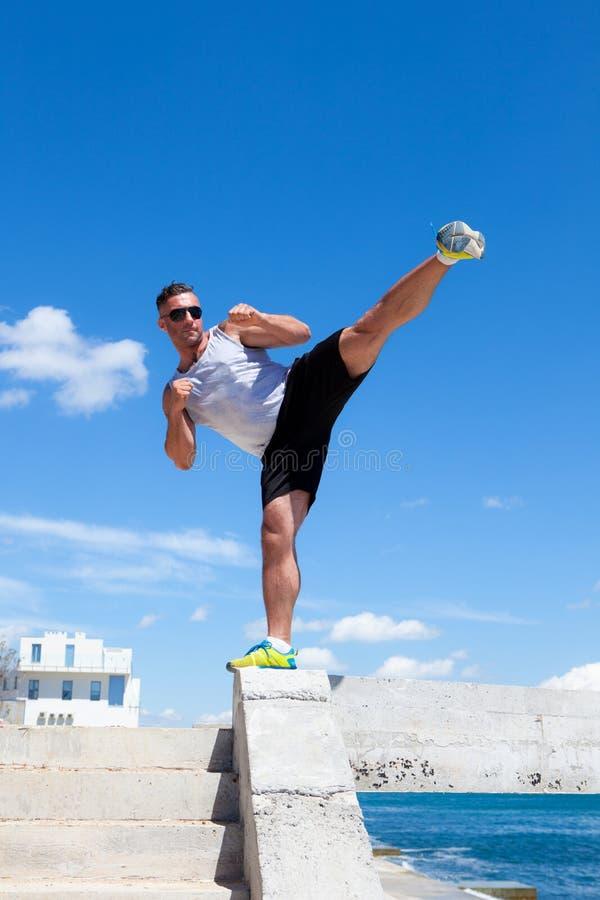 Mężczyzna angażujący w karate przeciw niebu fotografia stock