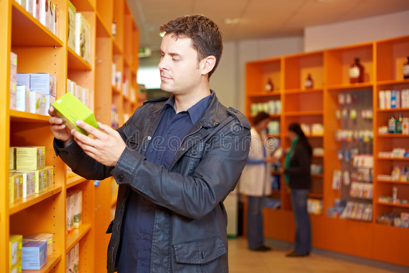 mężczyzna apteki zakupy zdjęcia royalty free
