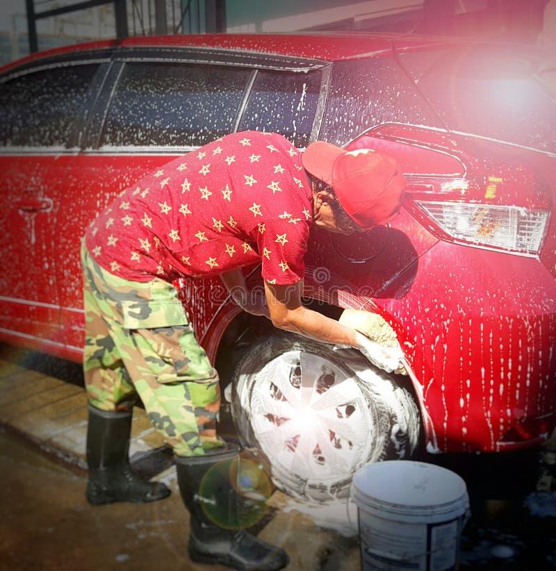 Mężczyzna Azja myją samochód z pianą obrazy stock
