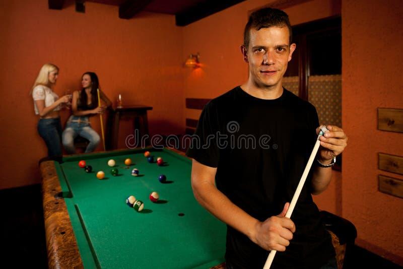 Mężczyzna bawić się bilardowy w barze zdjęcia royalty free