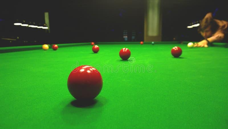 Mężczyzna bawić się Billiards Jaskrawe kolorowe piłki bawić się snooker Ćmi światła zdjęcie stock