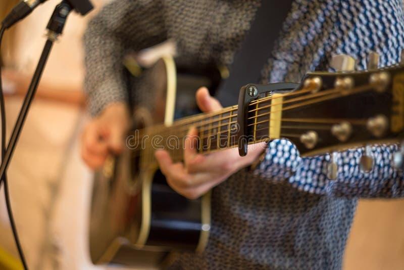 mężczyzna bawić się gitarę, istny koncert, zakończenie w górę gitary szyi zdjęcie stock