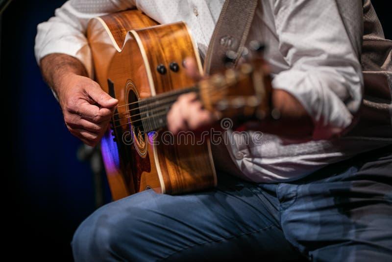 Mężczyzna bawić się gitarę na scenie obraz royalty free
