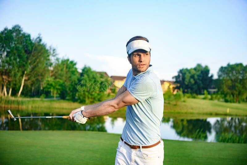 Mężczyzna bawić się grę golf fotografia stock
