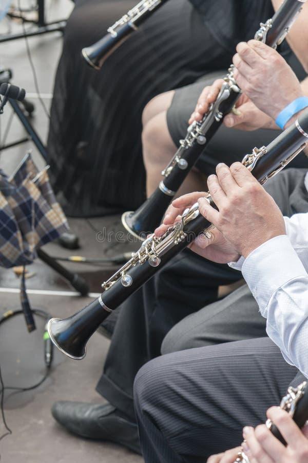 Mężczyzna bawić się klarnet w orkiestrze Ludzie sztuki na wiatrowych instrumentach Pionowo fotografia obraz royalty free