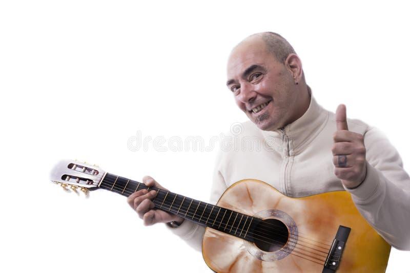Mężczyzna bawić się klasyczną gitarę zdjęcia royalty free
