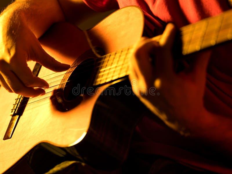 Mężczyzna bawić się klasyczną gitarę na scenie obrazy royalty free