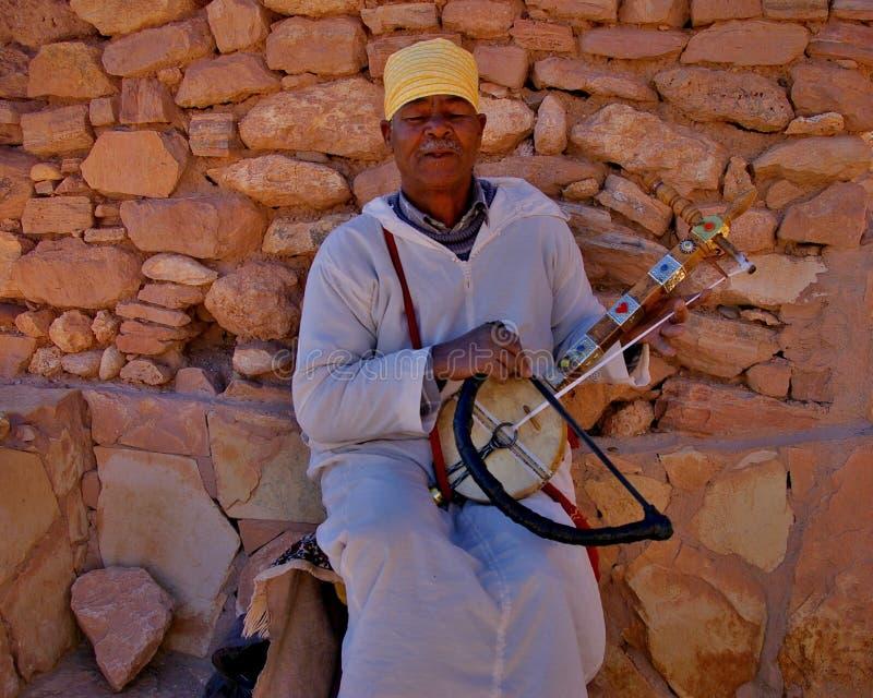 Mężczyzna bawić się nawleczonego instrument w Marrakesh fotografia royalty free