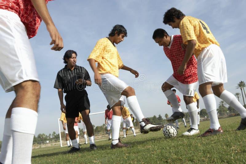 Mężczyzna Bawić się piłkę nożną Podczas gdy arbiter Ogląda One obraz stock