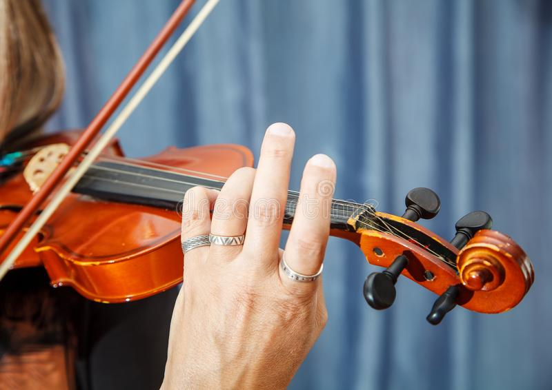 mężczyzna bawić się skrzypce wręcza zbliżenie obrazy stock