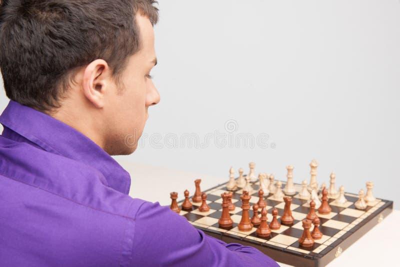 Mężczyzna bawić się szachy na białym tle fotografia royalty free