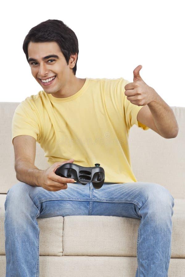 Mężczyzna bawić się wideo grę obrazy royalty free