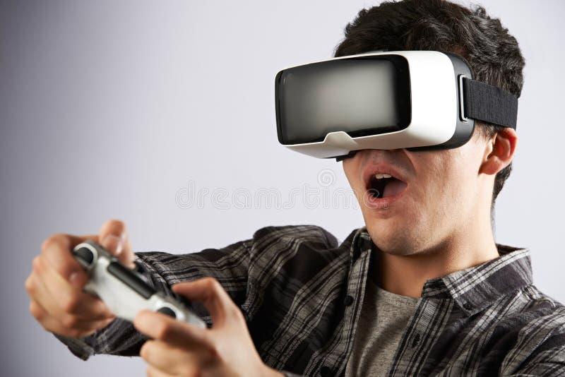 Mężczyzna Bawić się Wideo grę Jest ubranym rzeczywistości wirtualnej słuchawki zdjęcia royalty free