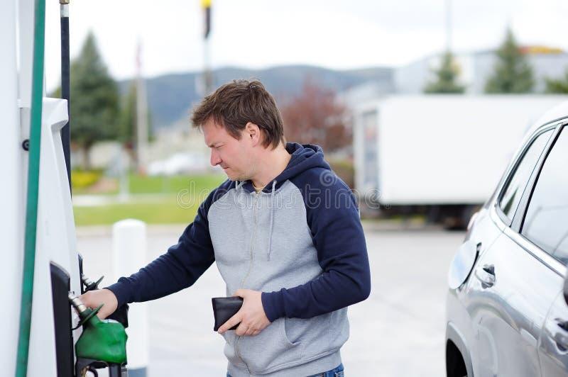 Mężczyzna benzyny podsadzkowy paliwo w samochodzie zdjęcia stock
