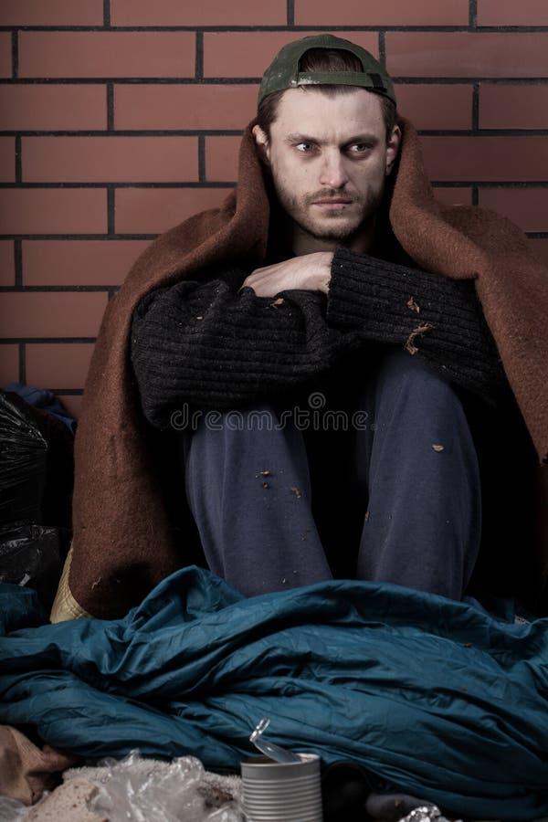 Mężczyzna bez domu na ulicie zdjęcia royalty free