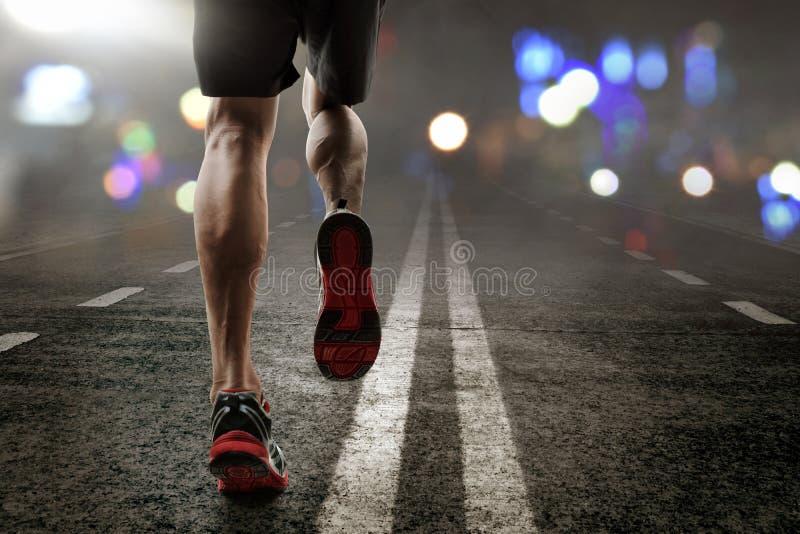 Mężczyzna bieg na asfaltowej drodze obraz royalty free