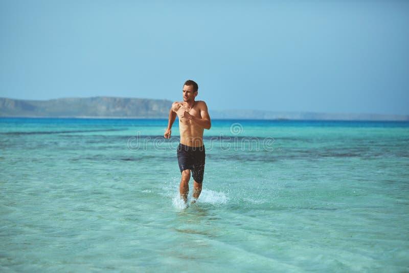 Mężczyzna bieg na plaży obraz royalty free
