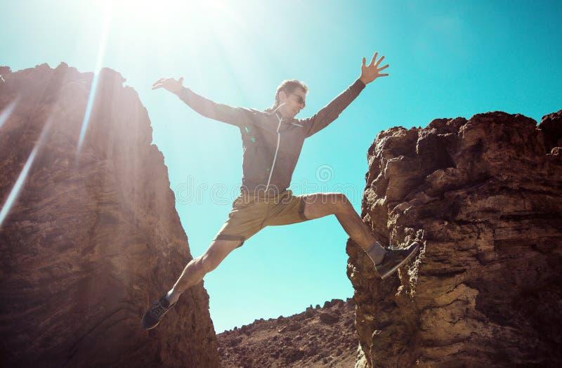 Mężczyzna bieg na pustynnych górach zdjęcia royalty free