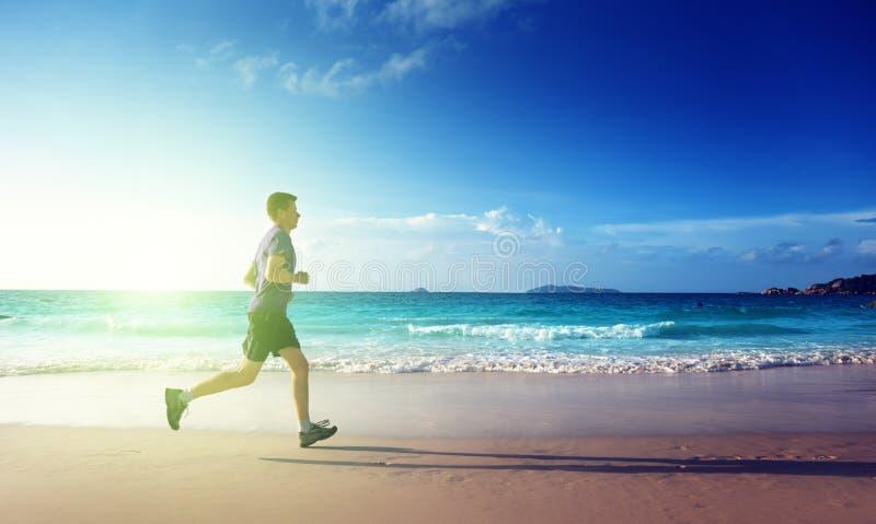 Mężczyzna bieg na tropikalnej plaży obraz royalty free