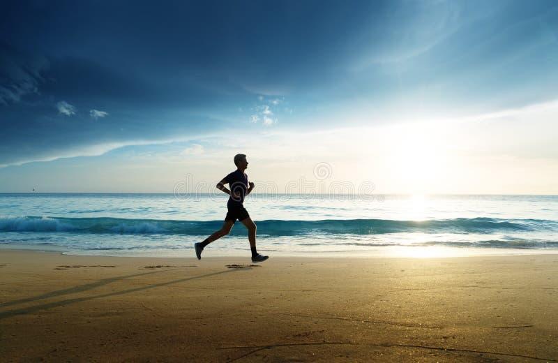 Mężczyzna bieg na tropikalnej plaży zdjęcie royalty free
