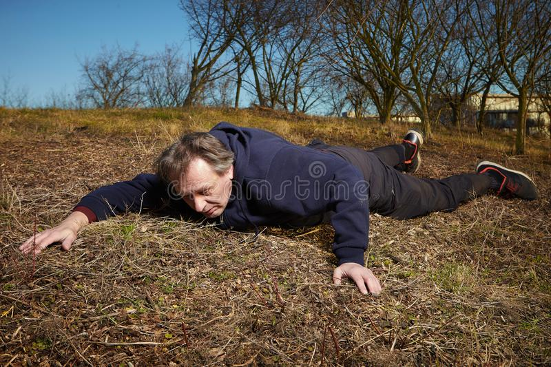 Mężczyzna bieg w parku dostaje puszek atakiem serca obraz stock
