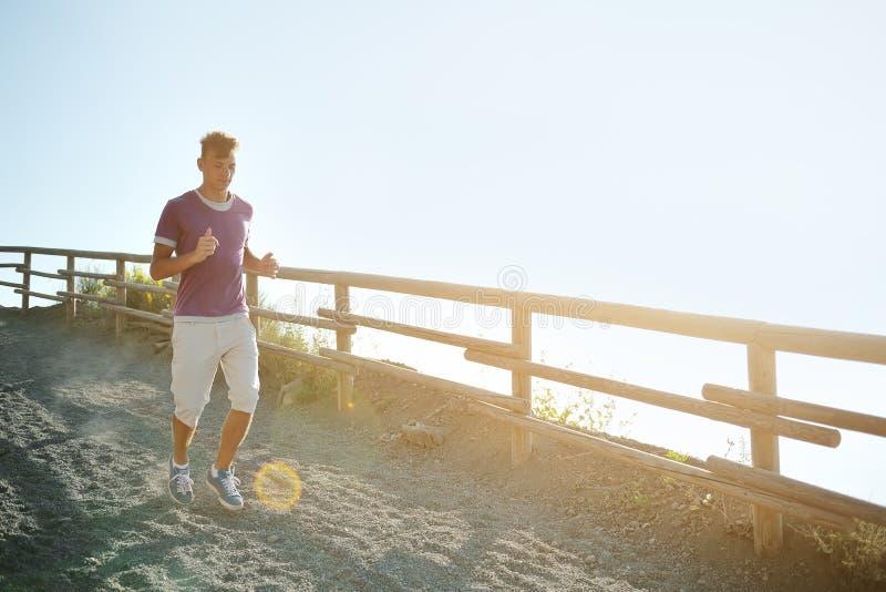 Mężczyzna biega na halnym śladzie fotografia royalty free