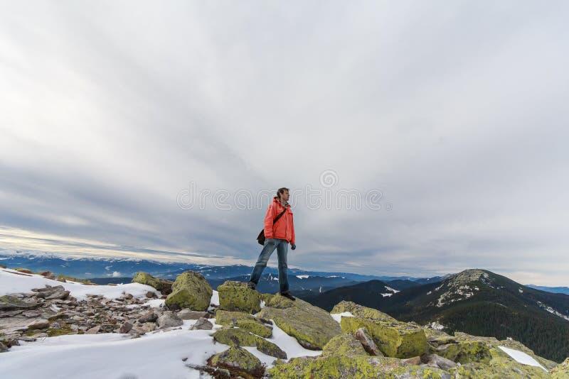 Mężczyzna biega wzdłuż skał na góra wierzchołku zdjęcia royalty free