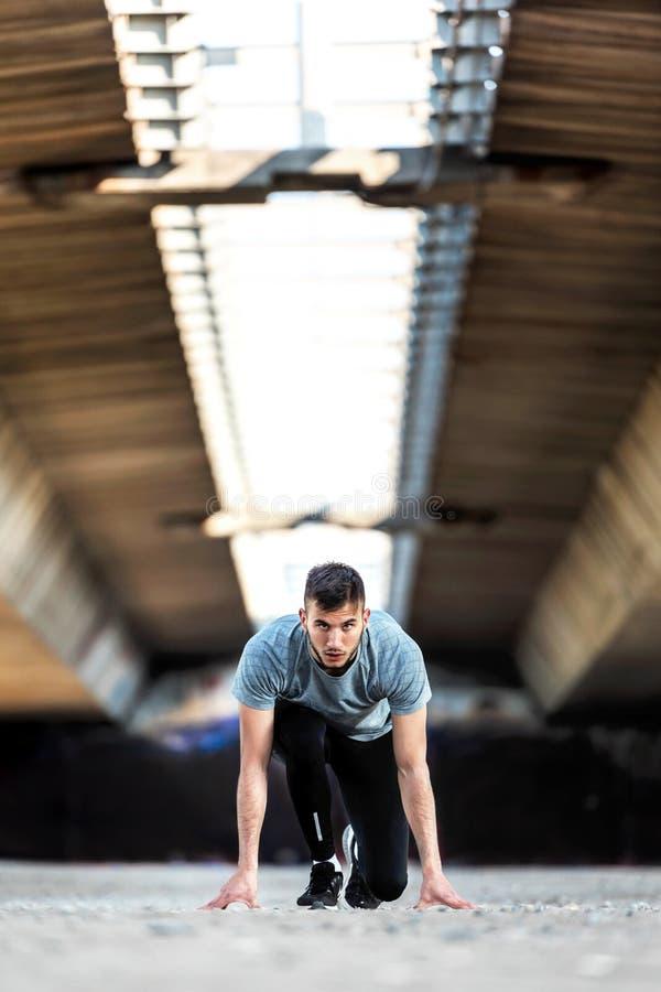 Mężczyzna biegacz w początek pozyci obrazy royalty free